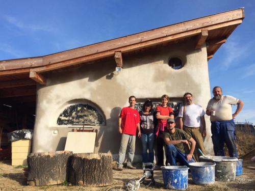 Egy szalmaépítészeti műhelymunka résztvevőivel